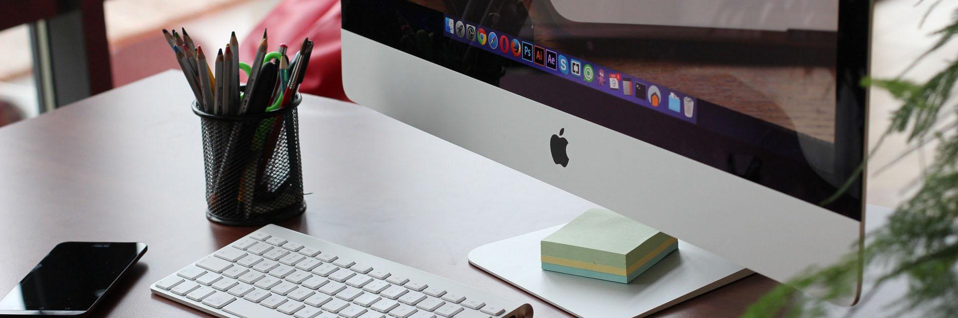 macbook penicls desk